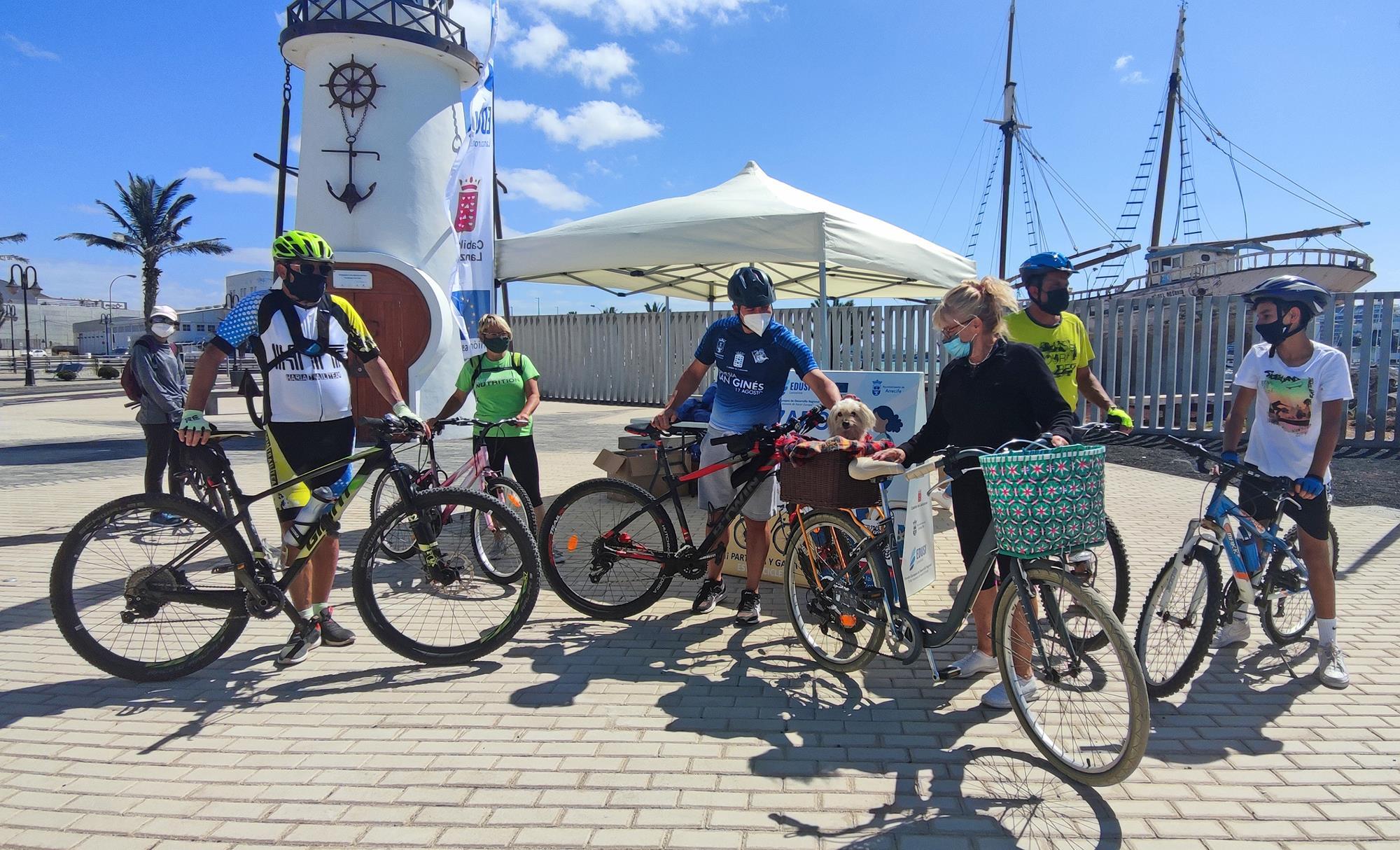 Numerosas familias y más de un centenar de ciclistas y aficionados disfrutan de una jornada festiva a pedales en Arrecife