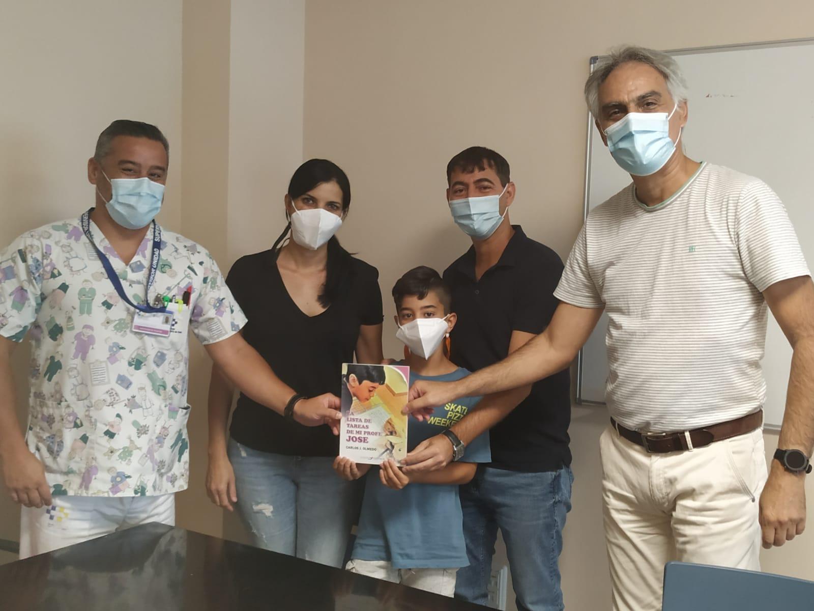 El Hospital General de Fuerteventura recibe una donación de libros para los pacientes de la Unidad de Pediatría