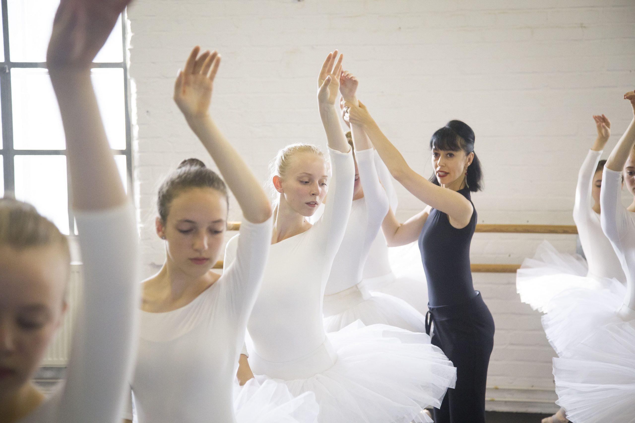 La bailarina Montserrat León imparte en 'Verano & Danza' un curso avanzado de ballet clásico en el Teatro Pérez Galdós