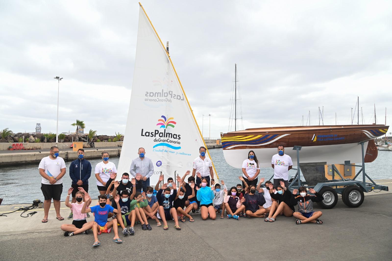 La ciudad lleva a la Península un bote de vela latina canaria para promocionar el destino a través de su deporte vernáculo