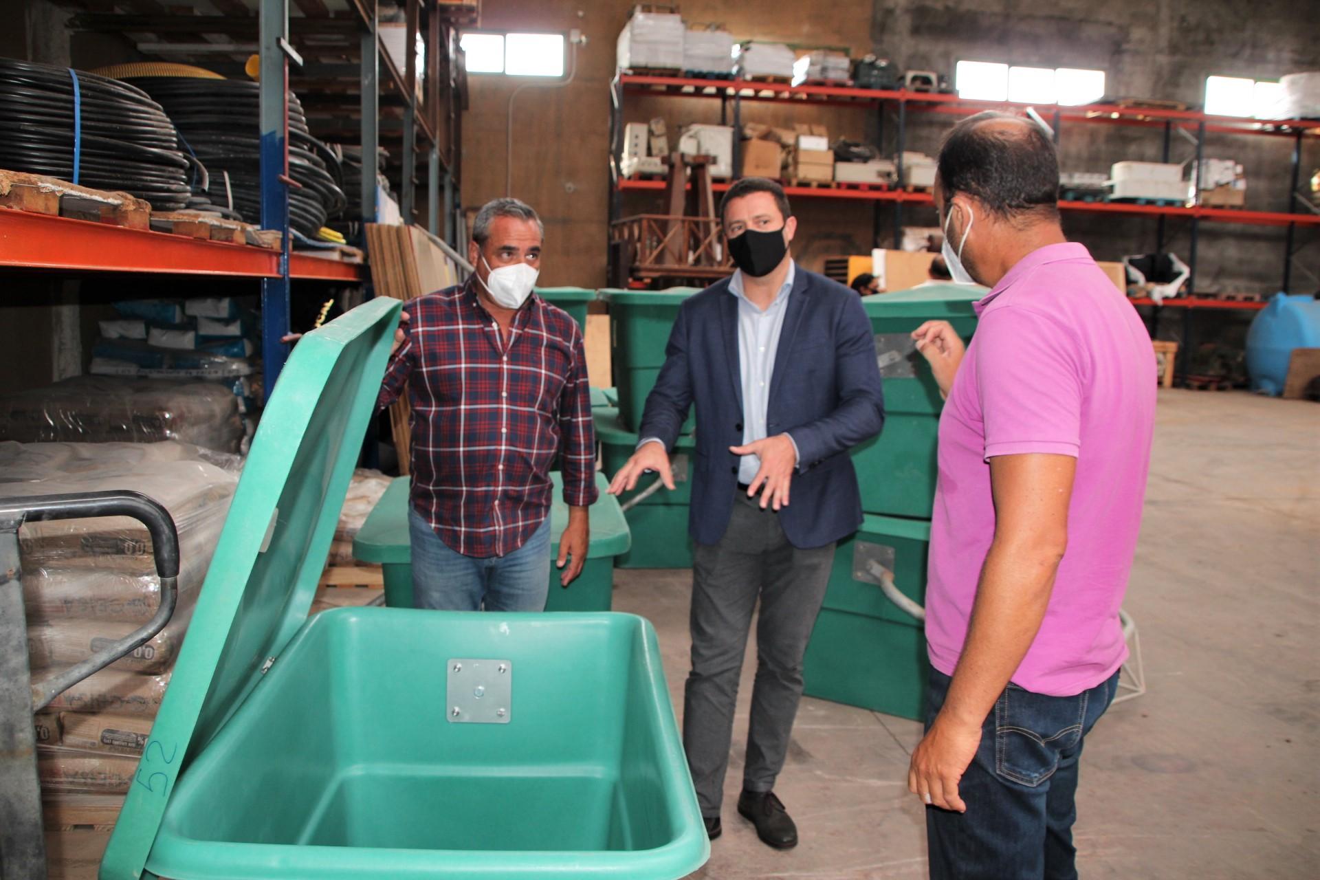 El Servicio Insular Agrario entrega 12 contenedores de animales al Ayuntamiento de Yaiza