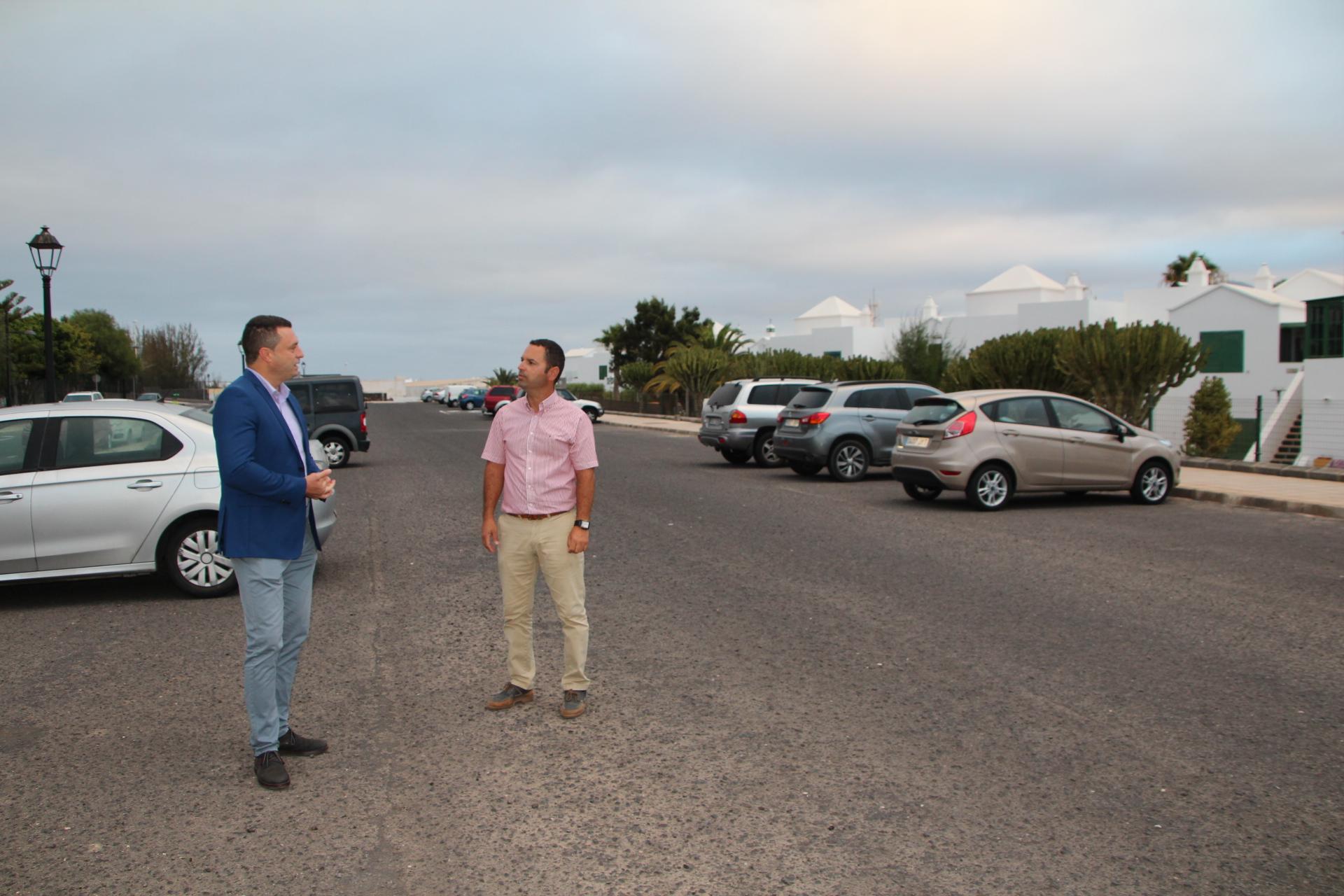 Óscar Noda firma el contrato de 1 millón de euros para asfaltar 17 calles en Playa Blanca