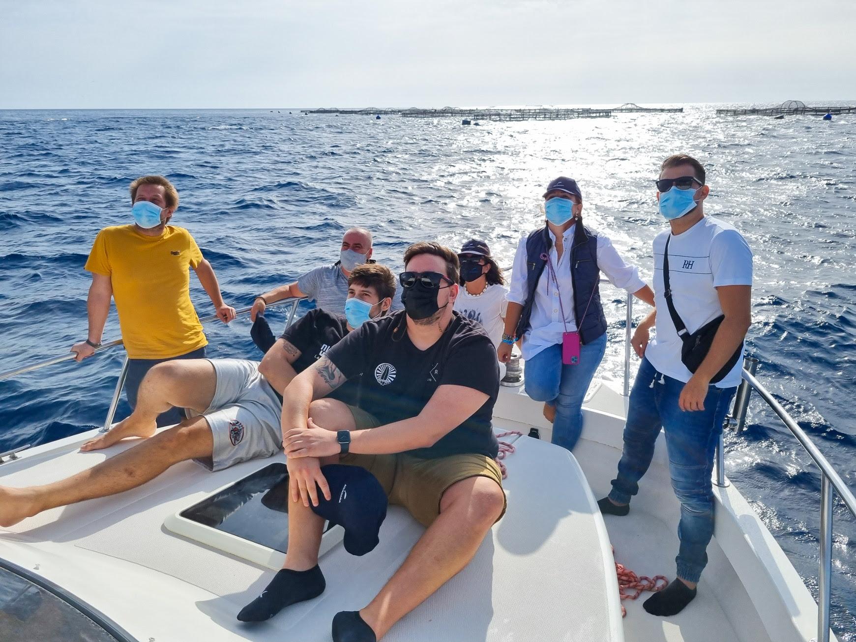 Reconocidos chefs grancanarios visitan la granja de oceanicultura de la gran lubina atlántica Aquanaria en el mar abierto de Gran Canaria